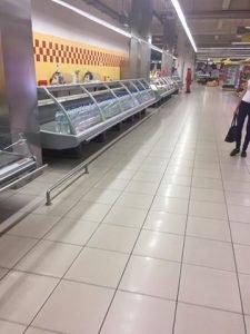 Магазин Амстор в Донецке, пустые прилавки