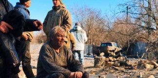 70-летний Виктор Фролов сидит на обломках