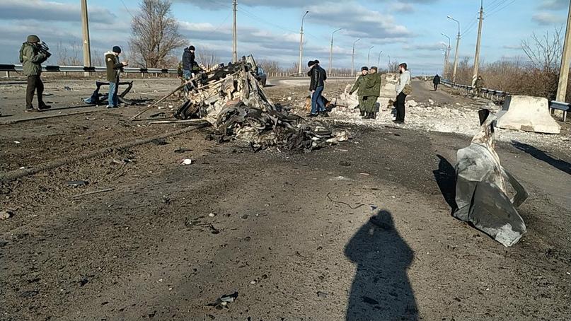 справа разрушенные ударной волной бетонные заграждения