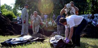 Эксгумация массового захоронения мирных жителей