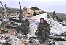 Пророссийские террористы позируют на фоне обломков сбитого Боинга