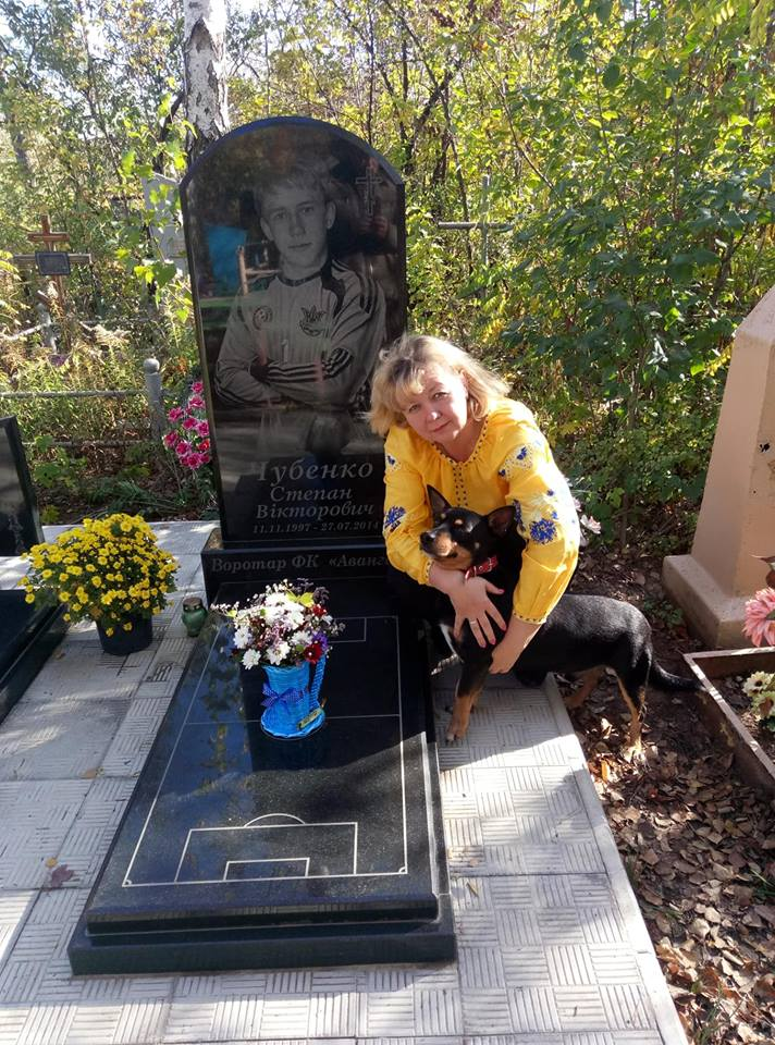 Мама на могиле сына
