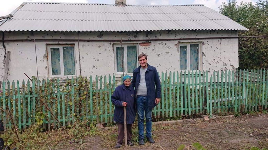 Бабушка Маша на фото с волонтером Евгением Каплиным
