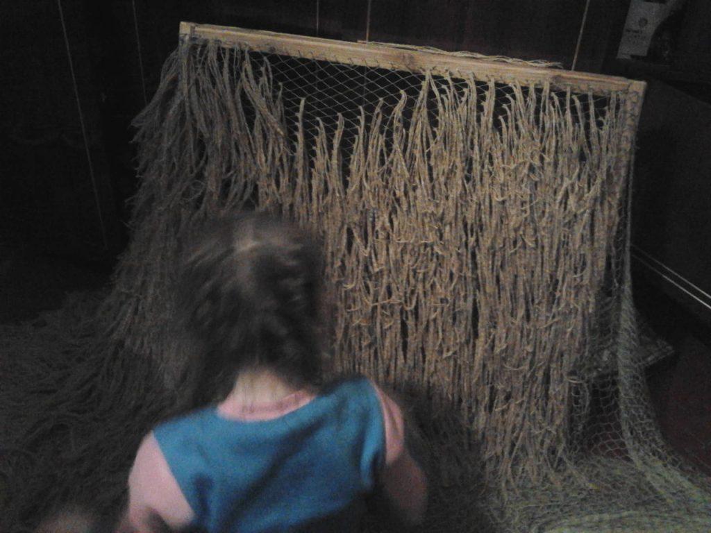 Дочь плетёт Кикимору